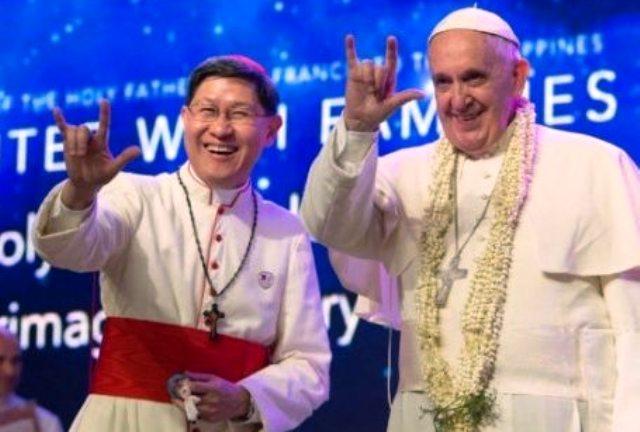 """Gesto papal gera grande polêmica nas redes sociais, e muitos afirmam que o líder católico fez um gesto """"satânico""""."""